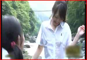 【エロ画像】田舎で川遊びするブラなし女の子たちにフル勃起して外強姦するえろムービー☆