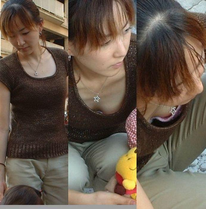 (若妻胸チラ秘密撮影えろ写真)子育てに夢中のヒトヅマさん…色気ムンムンでぐうしこwwwwwwwwww
