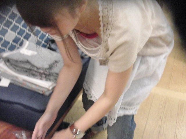 【エロ画像】ワイ、ショップ店員が胸チラサービスしてきたので無駄買いしてしまったンゴwwwwwwwwwwwwwwwwww