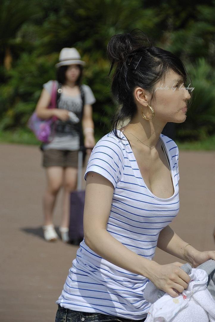 (街撮り秘密撮影写真)美味しそうな子連れヒトヅマの着衣美巨乳お乳…モミたいンゴwwwwwwwwww