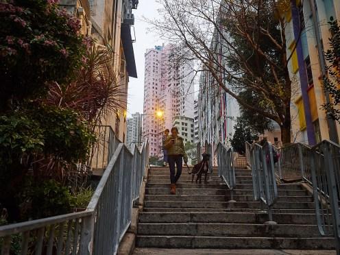 En vanlig sidegate i Sheung Wan. Koselige aléer og høye hus om en annen.