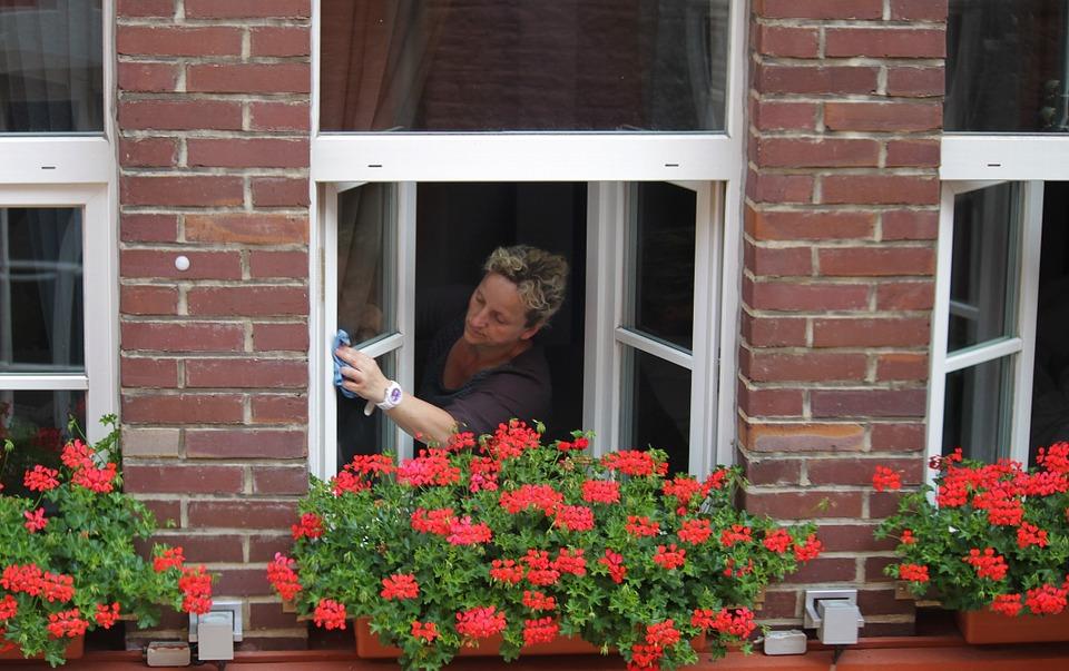 Mycie okien – prosty sposób na zarobienie dodatkowych pieniędzy. Jak dorobić 1000 zł. do pensji, emerytury, renty.