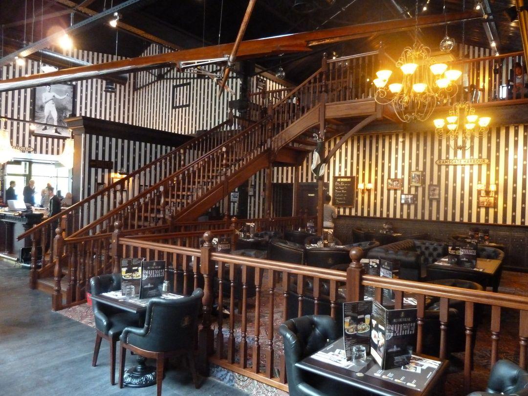 au bureau le pub anglais version debret escaliers fabricant d 39 escaliers sur mesure. Black Bedroom Furniture Sets. Home Design Ideas
