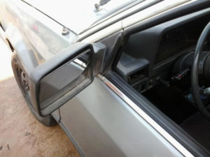 Detalhe do carro, modelo 86 L com retrovisor quebrado.