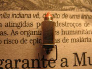 Detalhe da agulha (estilete, válvula da bóia).   Acionada pela bóia, serve para limitar a entrada de combustível dentro da cuba. Cuidado para não entortar o arame que engata na haste da bóia.