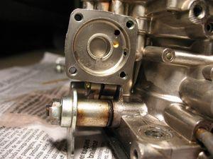Detalhe do interior da câmara injetora, com furos calibrados para passagem de combustível.