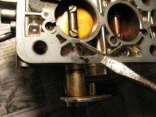 Se restarem pedaços da junta velha, raspe-os com uma chave-de-fenda até deixar a base totalmente limpa.   Verifique se a base está empenada. Se estiver, pode ser necessário levá-la num torneiro para aplainá-la. Base empenada pode gerar entrada falsa de ar, dificultando (ou até mesmo impossibilitando) o posterior acerto do carburador.