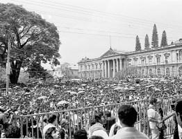 Disparos.  Entre 50,000 y 60,000 personas asistieron al entierro de Monseñor Romero en una cripta de la Catedral Metropolitana. Las balas interrumpieron el acto.