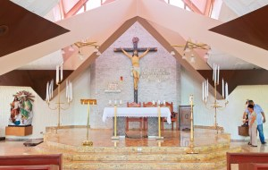 Hemorragia.   Monseñor recibió en este altar un impacto de bala expansiva. De acuerdo con Medicina Legal, la causa de la muerte fue hemorragia interna.