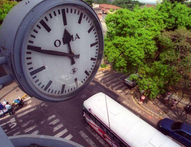 Imagen del reloj en CCR detenido a la hora del terremoto