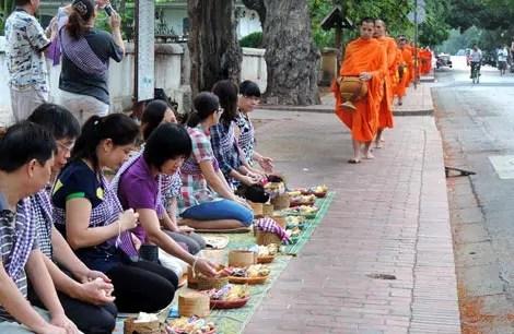 A emoção da Ronda das Almas em Luang Prabang, Laos