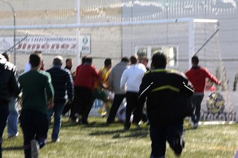 Un grupo de aficionados corre hacia la portería donde se produce la agresión. | La Voz de Marchena