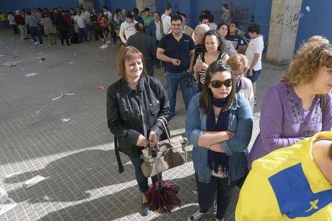 Colas de aficionados para apuntarse al desplazamiento a Barcelona. | Torres
