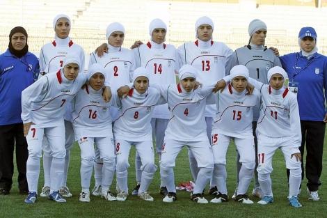 Las jugadoras de Irán, el pasado viernes, antes del partido ante Jordania. (Foto: Reuters)