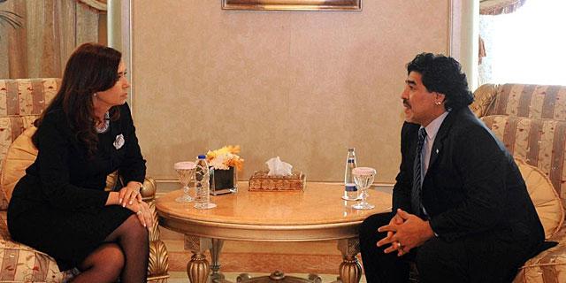 Maradona con la presidenta de Argentina Cristina Fernandez de Kirchner   AFP
