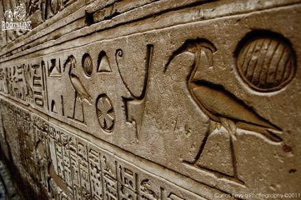 En el caso de los egipcios, Rumm solía representarse como una esfera rayada. La mayoría de veces acompañado de un pájaro lo que daba a entender que venía del cielo.
