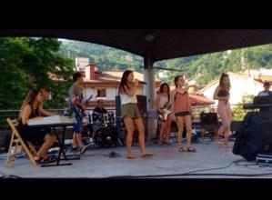 Musika  Eskolako  rock  taldeek  musikarekin  egin  diote  aurre  gaurko  beroari