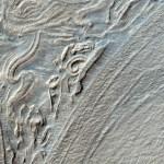 HiRISE revela contornos pseudo-geométricos em alto-relevo na paisagem marciana