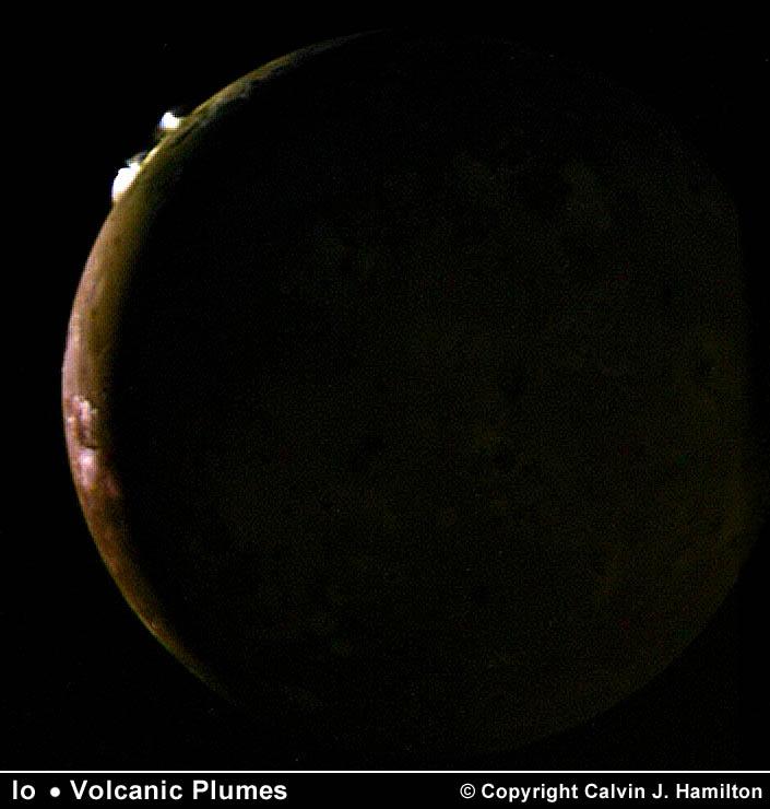 A Voyager 2 capturou esta imagem de Io em 9 de julho de 1979 a uma distância de 1,2 milhões de quilômetros. Aqui vemos na borda de Io duas grandes plumas vulcânicas ejetadas por erupções com 100 km de altura. Estas duas plumas foram vistas pela primeira vez pela Voyager 1 em março de 1979 e foram desinadas como Pluma 5 (acima) e Pluma 6 (abaixo). Provavelmente ambas as plumas estavam sendo alimentadas por erupções há 4 meses ou mais. Um total de 6 plumas vulcânicas foi observado pela Voyager 2. Crédito © 2003 Calvin J. Hamilton