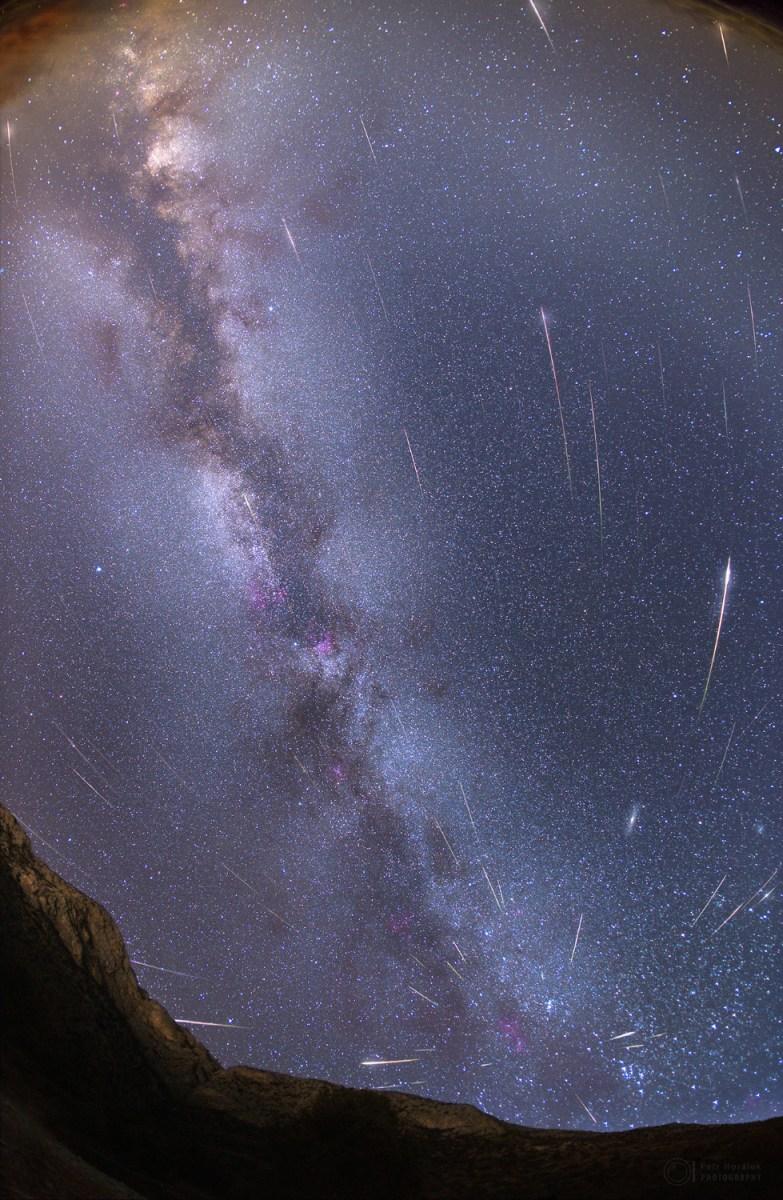 A chuva de meteoros Perseidas e a Via Láctea em céus sem a Lua por Petr Horálek