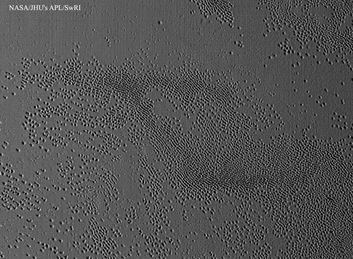 Os buracos incomuns descobertos em Plutão