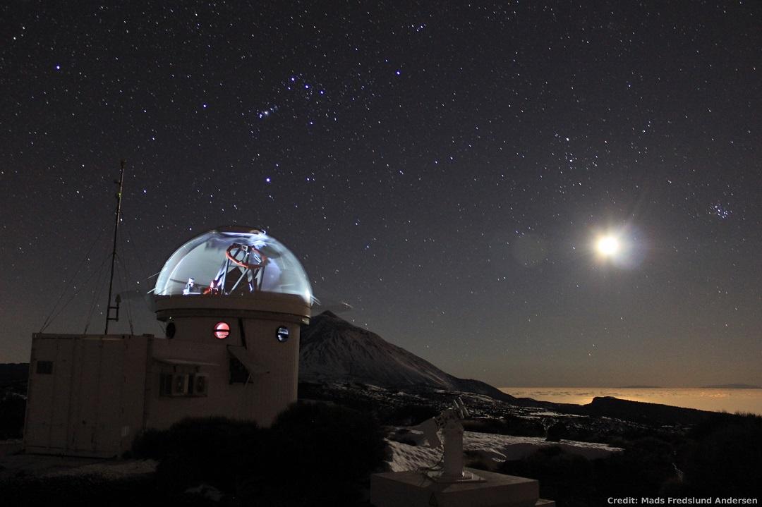 O telescópio robótico SONG em Tenerife capturado por Mads Fredslund Andersen