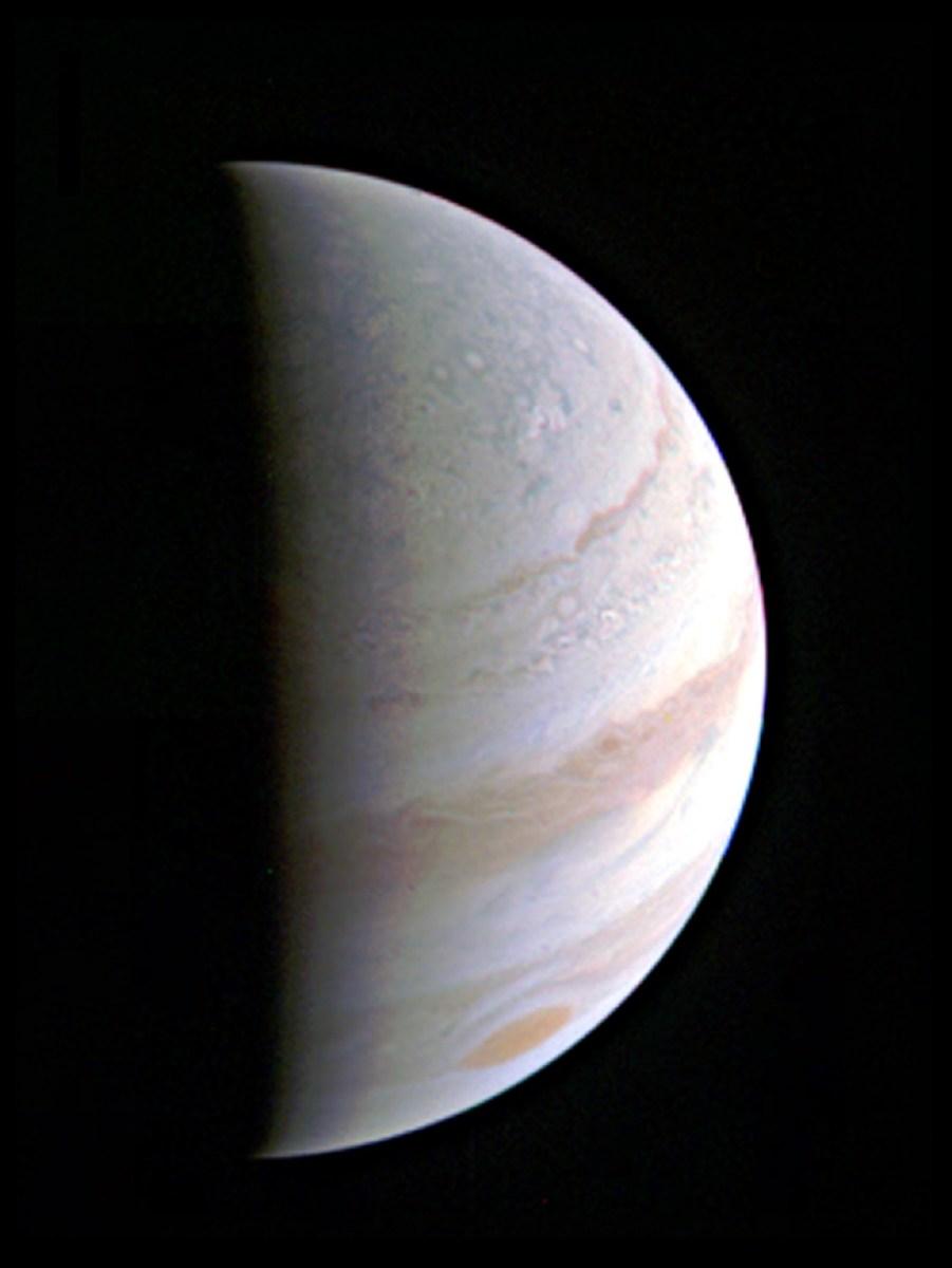A sonda robótica Juno completa primeiro voo rasante sobre Júpiter com todos os seus instrumentos ativos