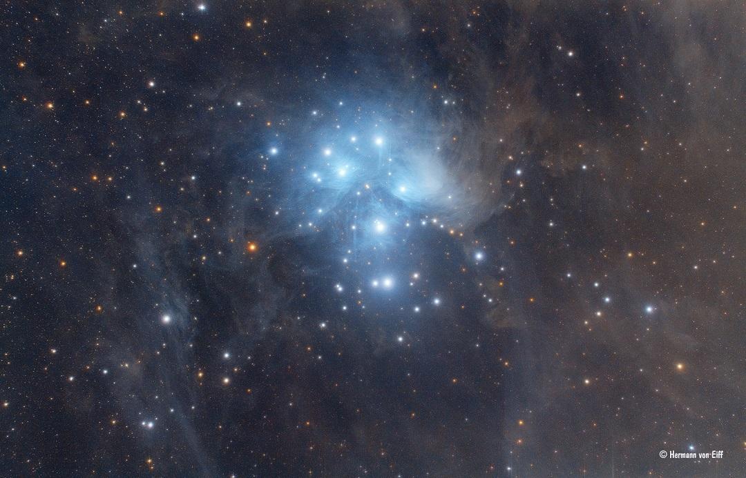M45: o poeirento aglomerado estelar das Plêiades por Hermann von Eiff