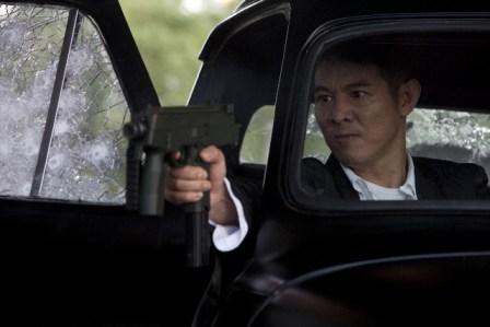 Jet Li en un tiro al blanco.
