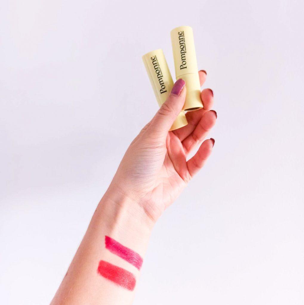 Swatchs sur le poignet des rouges à lèvres en teintes 01 rouge coquelicot et 02 grenat de Pomponne make-up