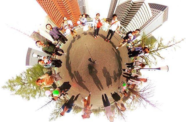 あたたかくなってきた週末、360°撮影できる『RICOH THETA SC』で子どもとおさんぽ撮影会を開催しましたよー!かわいいお子さんたちが大集合♡こんな惑星のような写りも楽しめるんです。たのしいカメラ学校でも集合写真に大活躍しています。春はフィルムカメラやiPhone、 デジタル一眼といろんなカメラで撮影会を企画しています♪詳細はたのしいカメラ学校HPをご覧くださいね!#たのしいカメラ学校  #360 #theta #theta360