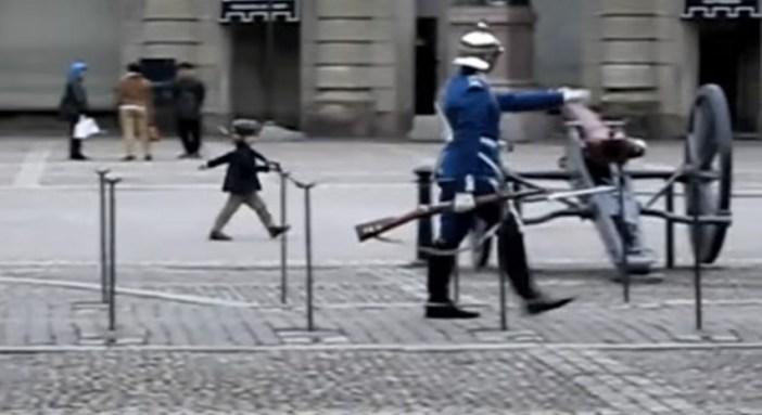 衛兵のまねをする男の子