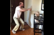 飼い主さんといっしょに踊ってくれる猫