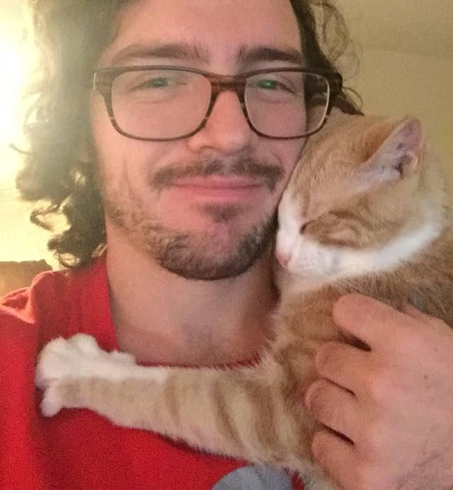 男性にハグする猫