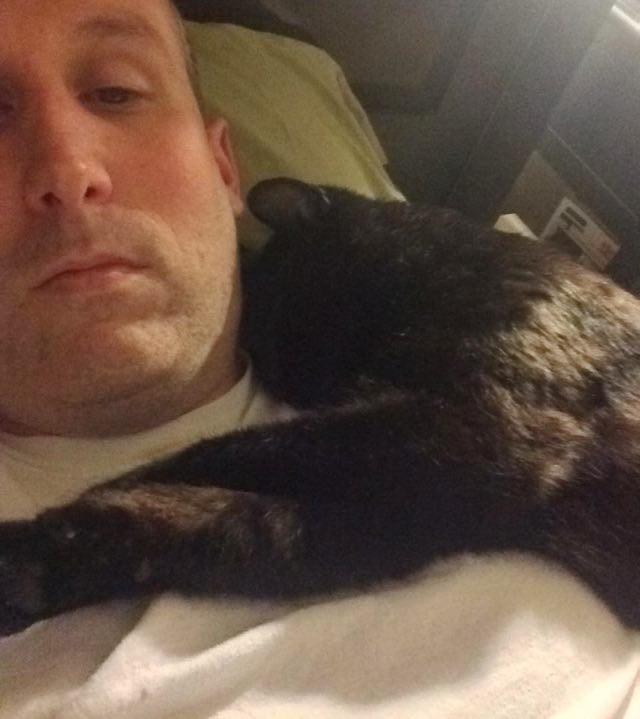 いっしょに眠る黒猫
