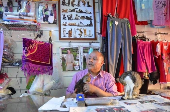 猫を世話する洋服屋さん