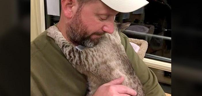 猫を抱える男性