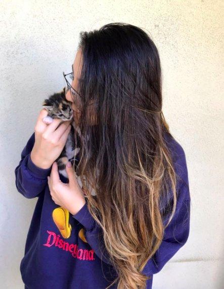 子猫を抱える女性