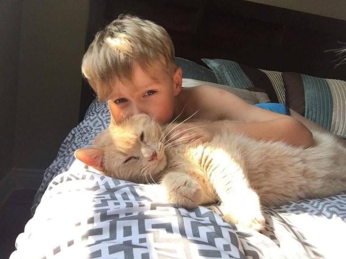 仲良しな少年と猫