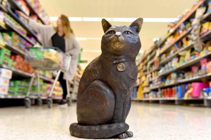 お客さんを迎える猫の銅像