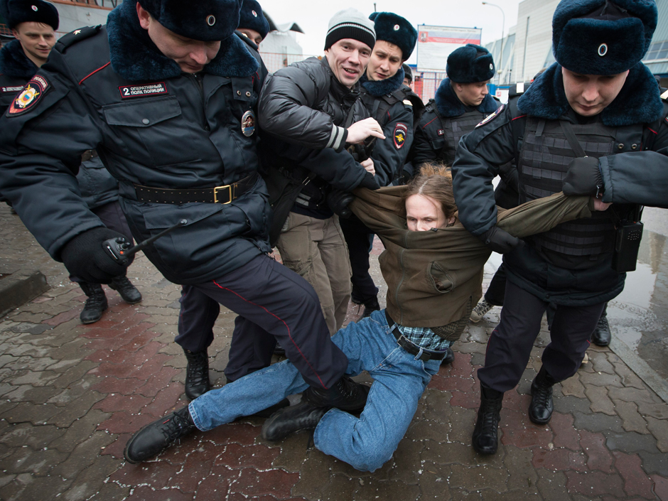 Russian police crackdown on Putin opposition