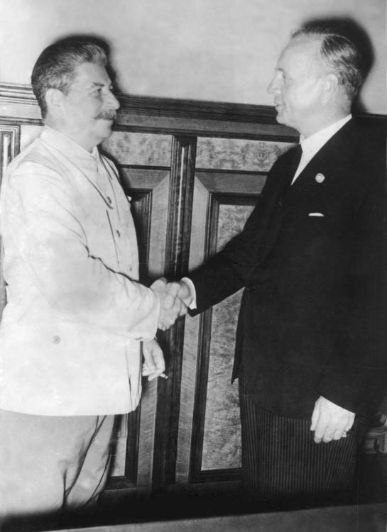 Stalin with Ribbentrop in the Kremlin at the signing of the Molotov-Ribbentrop Pact dividing Europe between his and Hitler's regimes (Photo: Bundesarchiv Bild 183-H27337, Moskau, Stalin und Ribbentrop im Kreml)