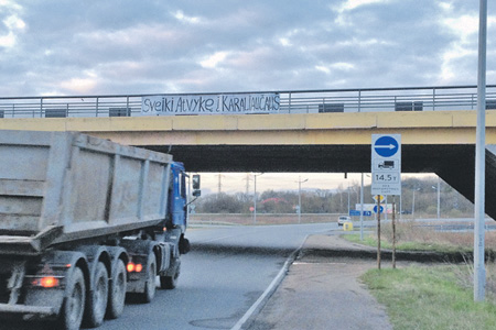 "Unknown persons put up banners in Lithuanian at border crossing points in Kaliningrad reading ""Welcome to Karaliavicius [the Lithuanian variant of ""Koenigsberg]!"" (Image: ng.ru)"