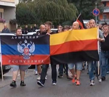 """DNR"" flag carried in the march by German neo-Nazies in Heidenau (Image: Boris Reitschuster)"