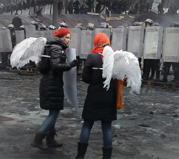 """Angels"" confront the police – the central image of the movie."