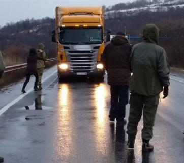 Ukrainian activists block Russian trucks in Zakarpattia Oblast. Photo by mukachevo.net