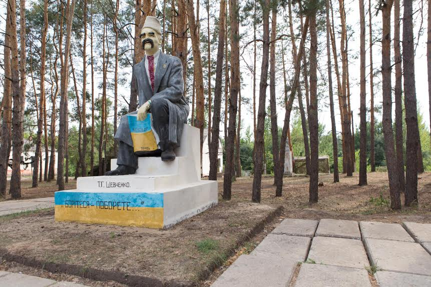 A Lenin statue was dressed as a Kozak at the base
