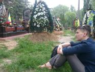 On her 3rd day of freedom, Nadiya Savchenko visiting her fallen friends at a Kyiv cemetery, May 28, 2016 (Image: Vira Savchenko's FB post)