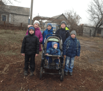 A family forced to move from ORDLO finds shelter in the Makarovka village. Photo: courtesy