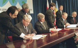 Boris Yeltsin (Russia), Bill Clinton (USA), Leonid Kuchma (Ukraine), John Major (UK) sign the Budapest Memorandum with security assurances against threats or use of force against the territorial integrity or political independence of Ukraine, Belarus and Kazakhstan. (Image: AP)